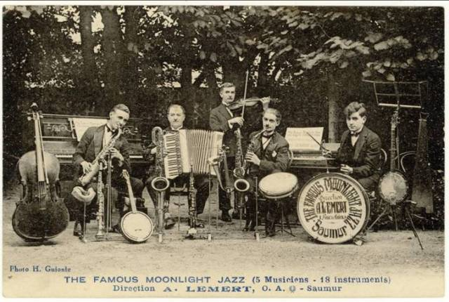 """Les images : un des points forts des archives en ligne. (Carte publicitaire """"A. Lemert, O.A."""" : The famous moonlight jazz. Archives municipales de Saumur)"""
