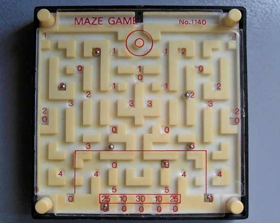 PAs facile de sortir du labyrinthe des contraintes pesant sur la France. (Maze game. Par Jovike. CC-BY-NC. Source : Flickr)