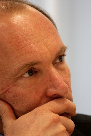 Tim Berners-Lee in thought. CC-BY. Par Paul Clarke.