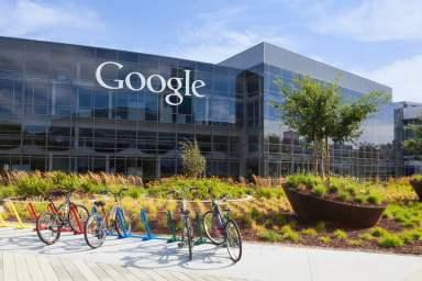 """Le """"Google Campus"""" avec les nombreux services qu'il propose aux employés de la firme ressemble par certains côtés aux villes-usines du 19ème siècle dotées par les patrons paternalistes d'écoles, d'hôpitaux, de jardins, etc."""